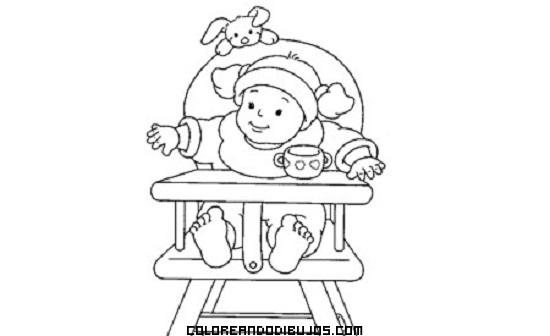 Bebé esperando su biberón sentado en su trona