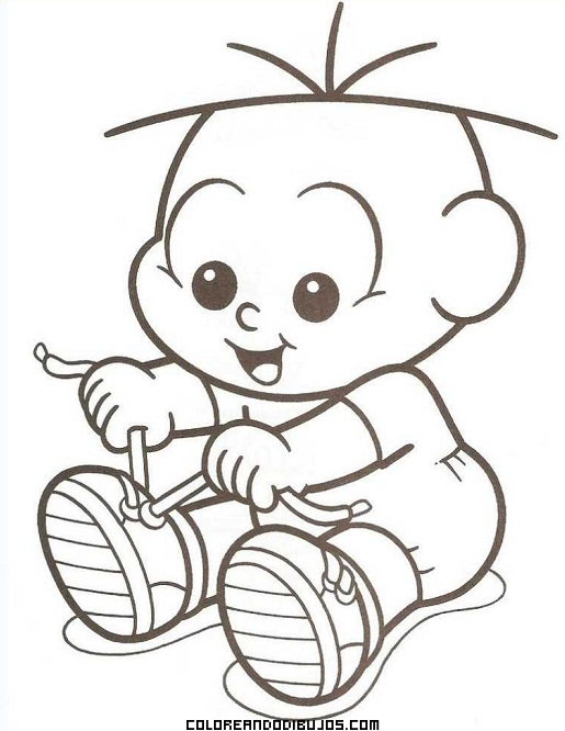 Foto de bebé que se divierte atándose los zapatos