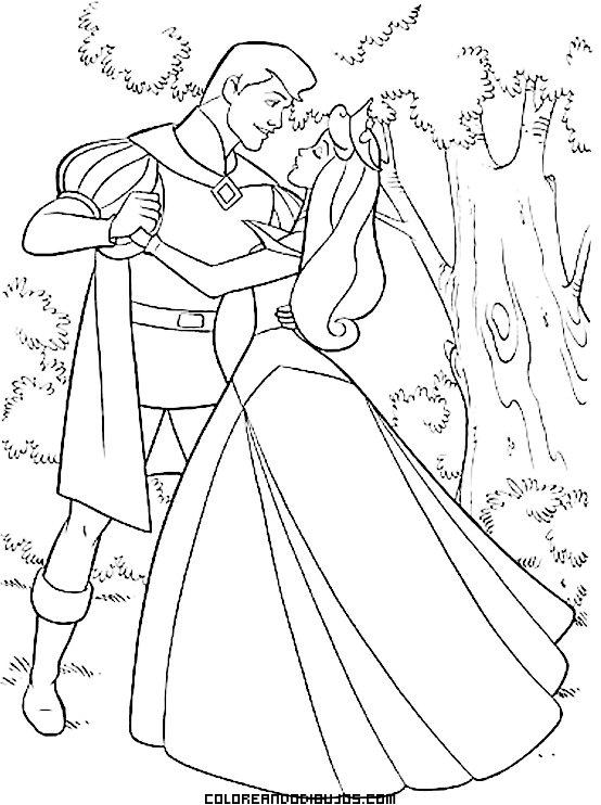 El príncipe abraza a la Bella durmiente