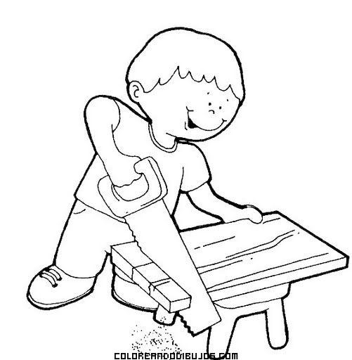 Niño carpintero cortando madera