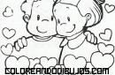 Amistad entre bebés rodeados de corazones