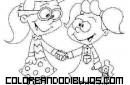 Dos niñas dándose la mano y jugando juntas